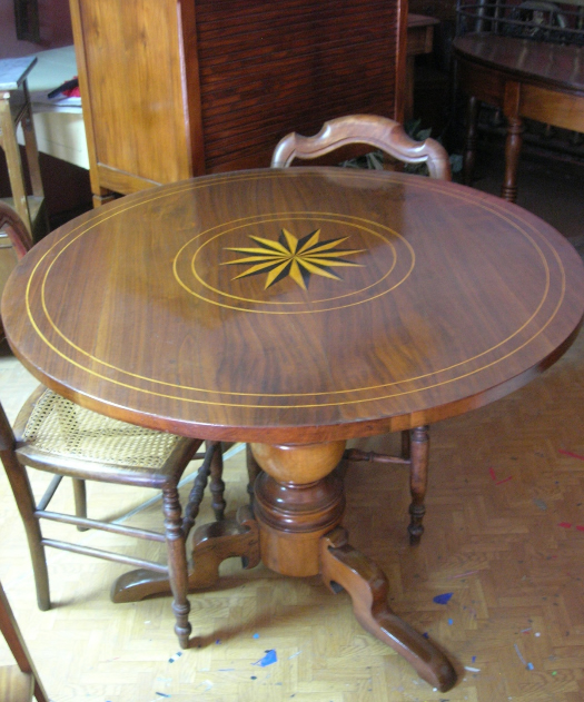 Tavolo rotondo intarsiato stile impero in noce vendita e for Tavolo legno intarsiato