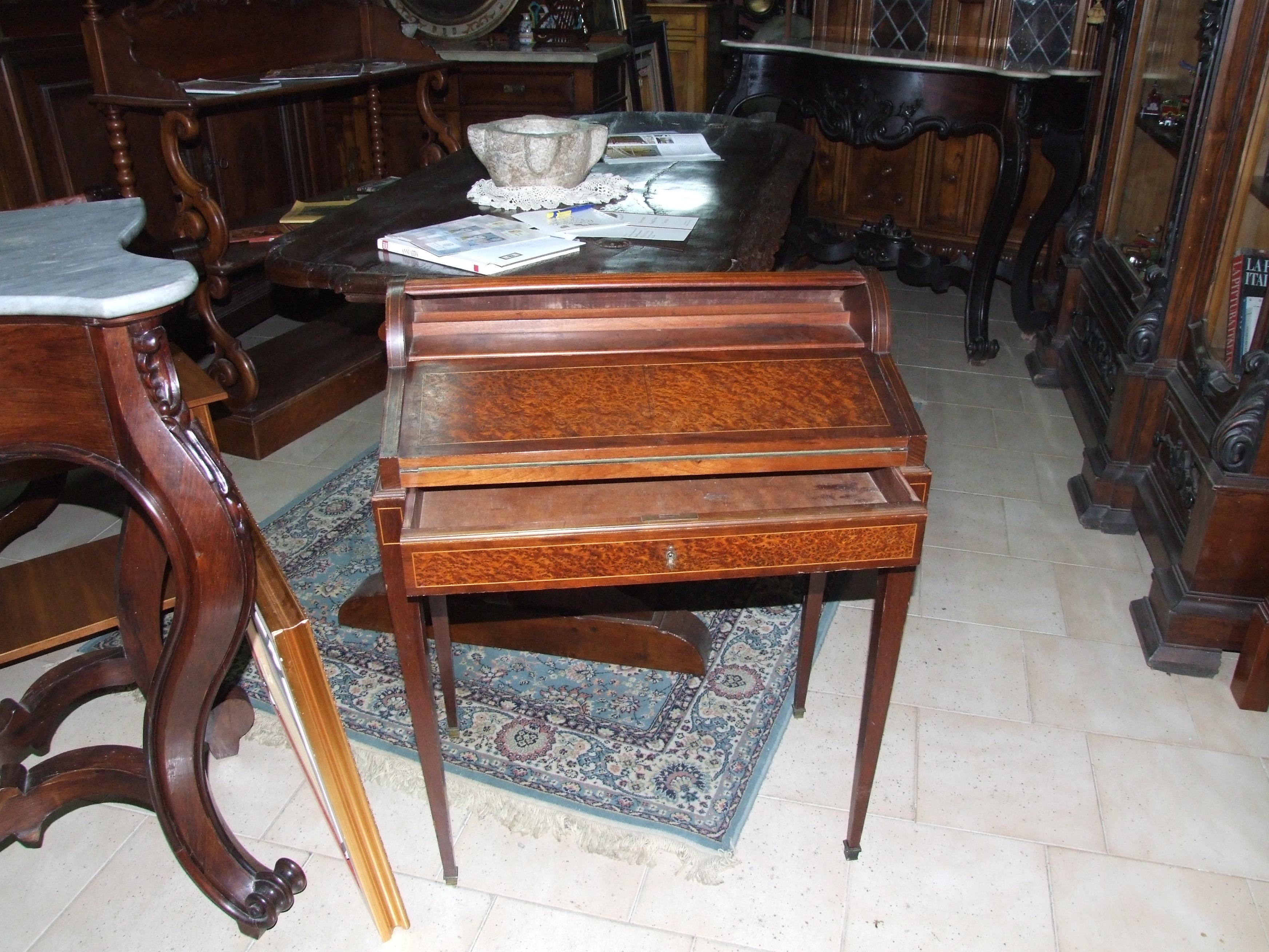 Tavolino con ribalta a scomparsa Luigi XVI in noce ...